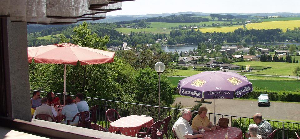 Restaurant und Terrasse mit Blick auf den Stausee